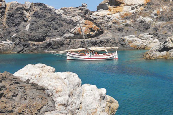 Boat trips and big fish game during your stay in SA Gavina apartments in Estartit